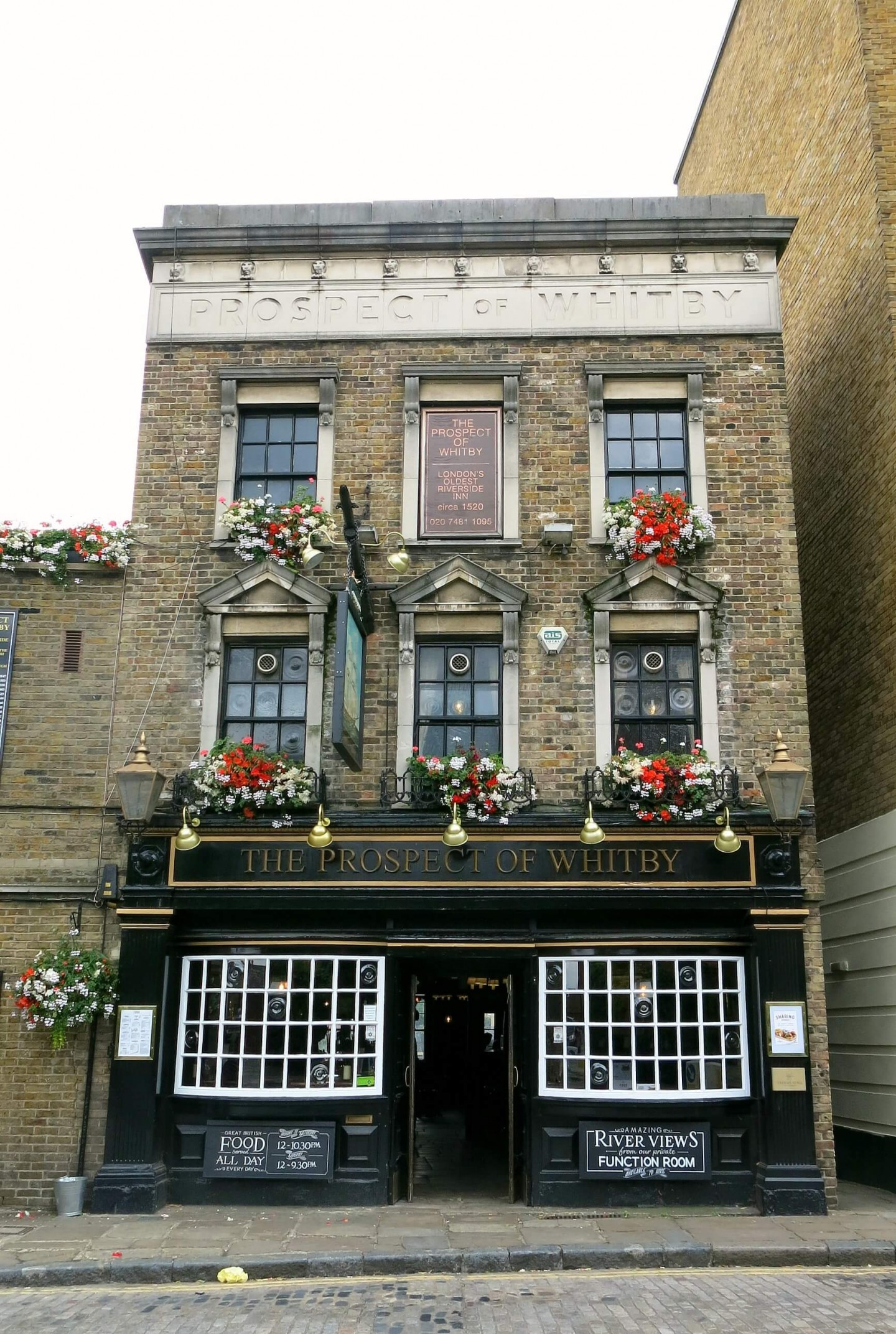 A food tour around the historic docks of London. With 5 different courses you stop at 5 different pubs!