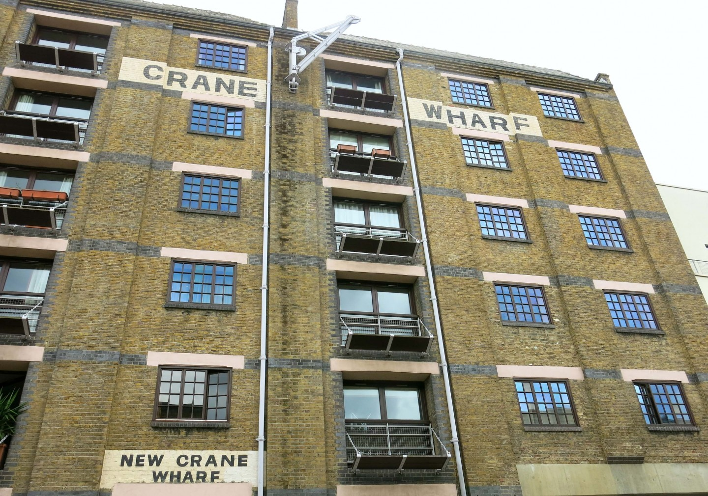Part of this London food tour takes you around the quiet streets of Wapping, filled with interesting history!