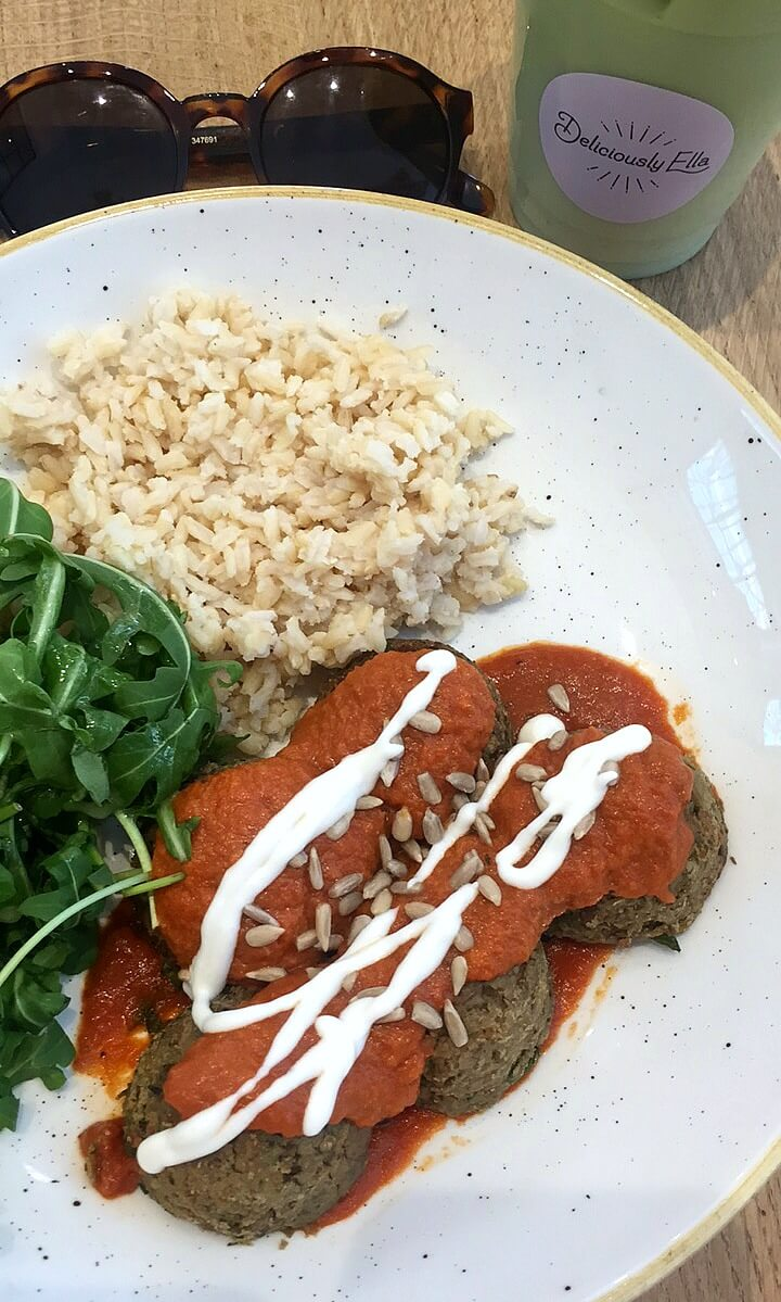 A delicious, wholesome and healthy lunch at The Mae Deli (Deliciously Ella) in Mayfair. Just moments from Bond Street!