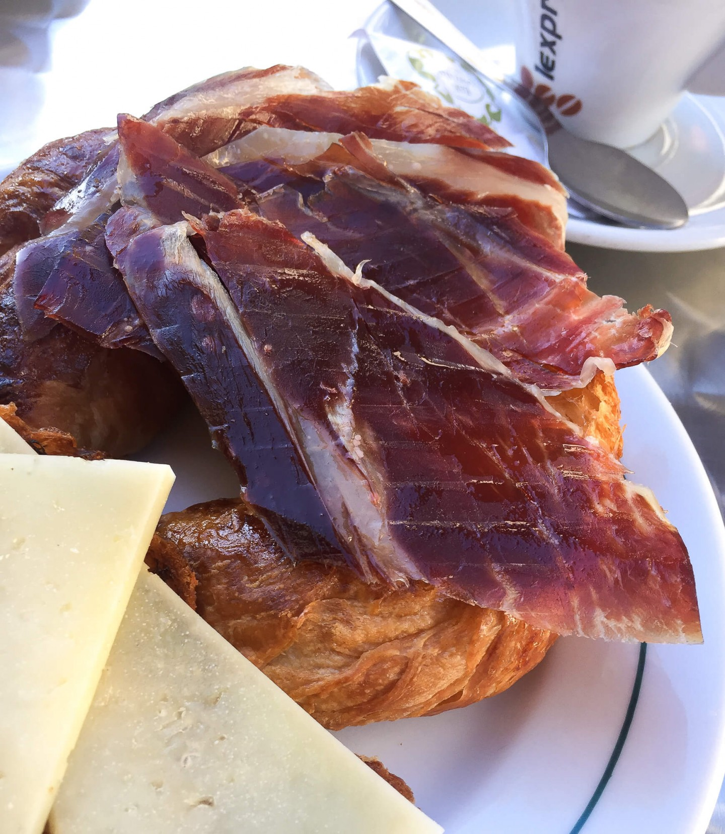 A list of where to eat in Seville, Spain. Including where to get the best jamon for breakfast!