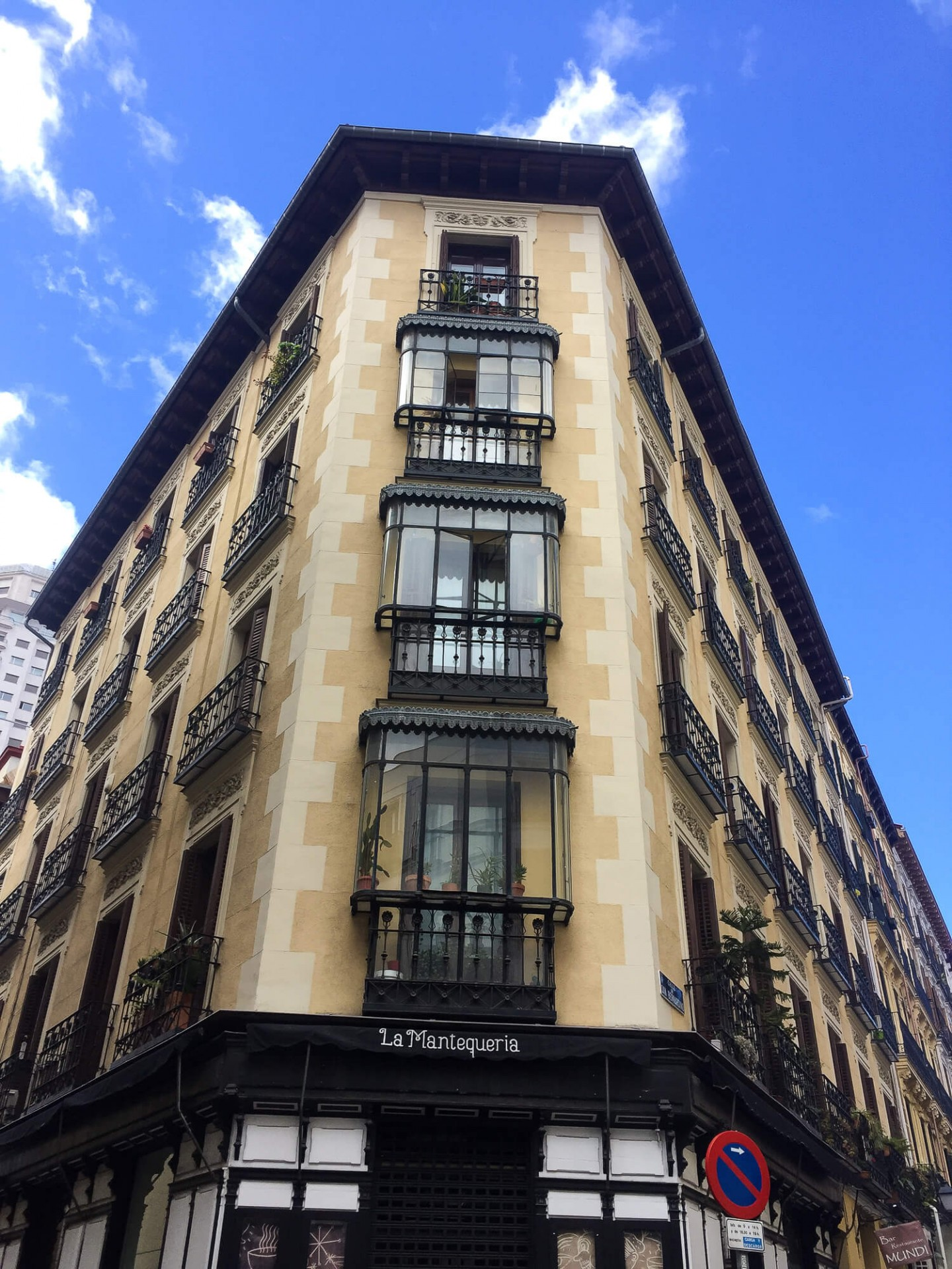 A 3 day guide to Madrid, Spain. Including the top things to do and best things to see in Madrid. And great places to eat! A local guide.